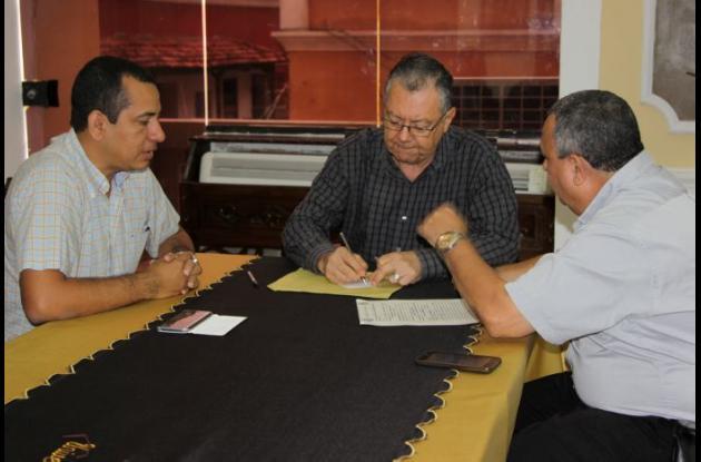 Entrega de las escrituras del terreno donde funciona el Centro Tutorial en San Juan Nepomuceno.