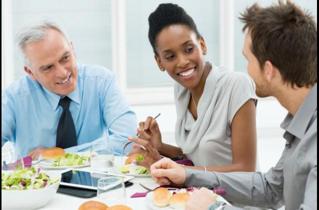 Muchas personas comen juntas ya sea por negocios o por razones personales.