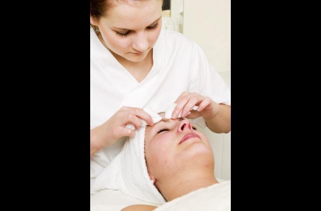 Para que su piel luzca joven, sana y hermosa se recomienda realizar una limpieza facial profunda una vez al mes y mascarillas de exfoliación una vez por semana.