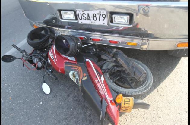 Accidente de trásnito en Ceballos entre una moto y un tractocamión.