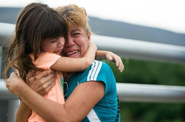 El abrazo de Jackeline Roger Nieto y su hija.