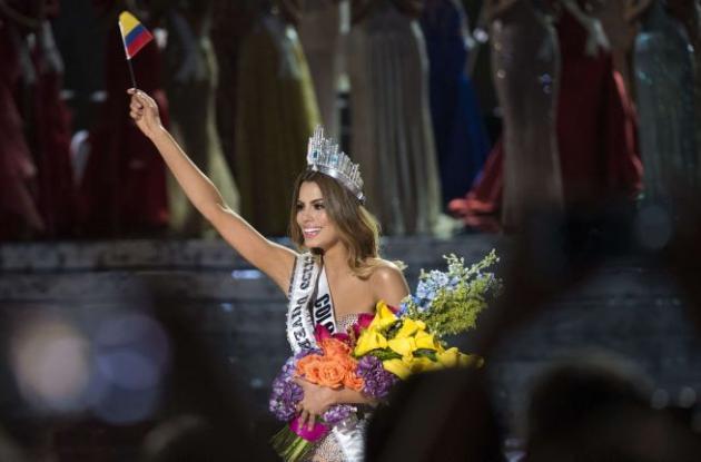 Ariadna Gutiérrez con la corona de Miss Universo que lució durante algunos segundos.