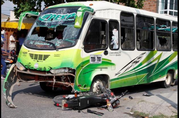 Buseta arrolló a mototaxista en el barriuo Líbano. Mototaxistas apedrearon la buseta.