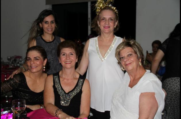 De pie: Elisa Bardi y Carmen Espinosa de González; sentadas: María Eugenia García, Estella Restrepo y y Estella Ángel.//Fotos: Zenia Valdelamar-El Universal.