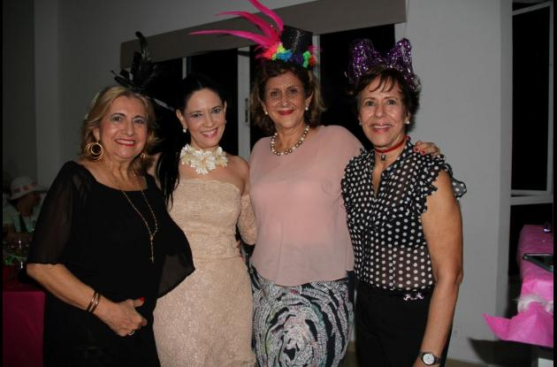 Rosario Carvajal, Carmen Navarro; la cumplimentada, Miriam de Gutiérrez, y Melba Iriarte.