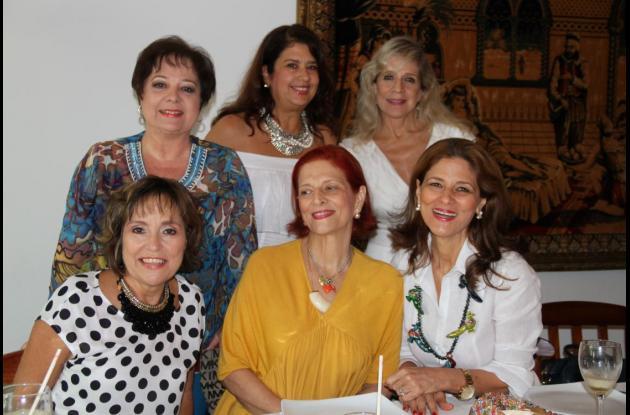 De pie, Margarita de Brigard; la cumplimentada, Gina Benedetti de Vélez y Martha Vélez de Tono; sentadas: Rosario Diazgranados, Emilia Fadul y Claudia Fadul.