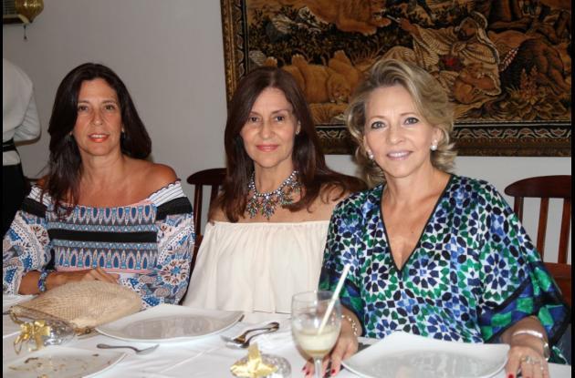 Mónica Benedetti, Luz Elena de Azuero y Amelia Navarro de Benedetti.