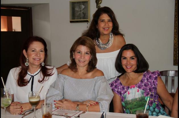 De pie; la cumplimentada, Gina Benedetti de Vélez; sentadas, Chica Morales, Gina Morales de Navas y Mercelena Berrío de Vélez.
