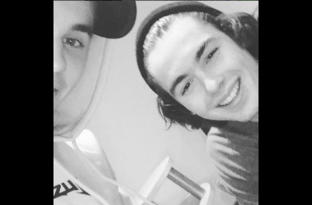 Justin Bieber junto a un amigo.NAVIDAD