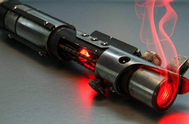 Los sables de luz que se presentan en la película son capaces de cortar cualquier material y colisionar entre si durante un combate.