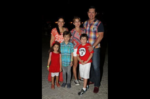 Dolly González, Rubby Camacho, Dussán Vélez y los niños Miranda Hidalgo, Mateo Hidalgo y Héctor Vélez.