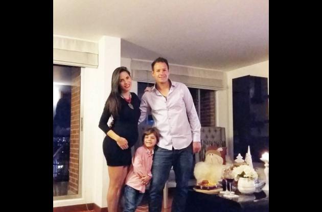 Mabel Cartagena, su esposo e hijo.NAVIDAD