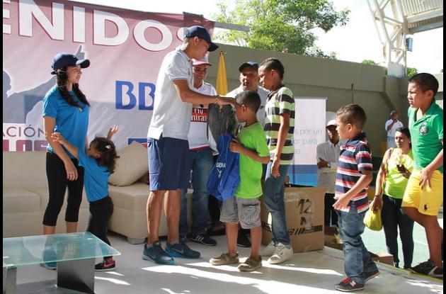 El jugador de fútbol entregando los regalos a los niños de Puerto Colombia.