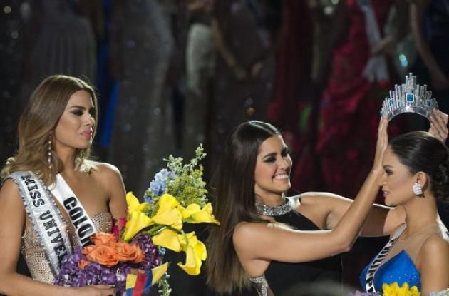 Paulina Vega Dieppa le quitó la corona a Ariadna para entregársela a Miss Filipinas.