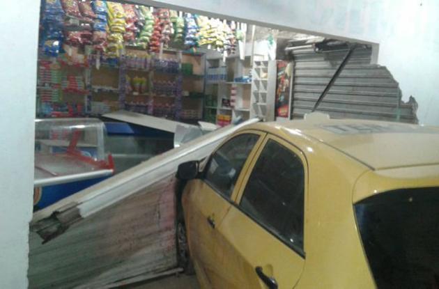 Taxista choca contra tienda en El Pozón cuando intentaban atracarlo.