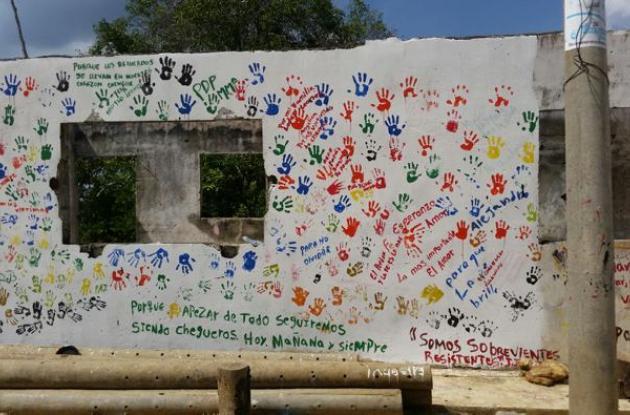 La comunidad de Chengue dejó plasmado con sus huellas en un mural que quiere la paz.