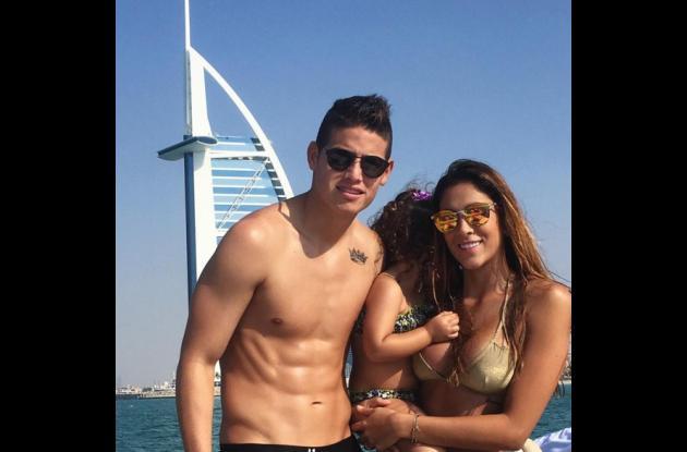 Daniela Ospina compartió esta foto durante sus vacaciones en diciembre junto a su esposo James Rodríguez y su hija salomé.