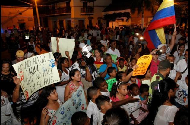 Protesta de la comunidad de Getsemaní contra consumidores de drogas y borrachos en la Plaza de la Trinidad.