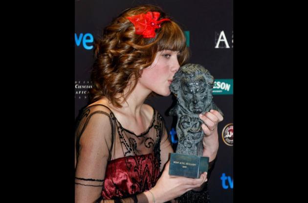 Nerea Camacho besa el premio Goya otorgado por su papel en el film