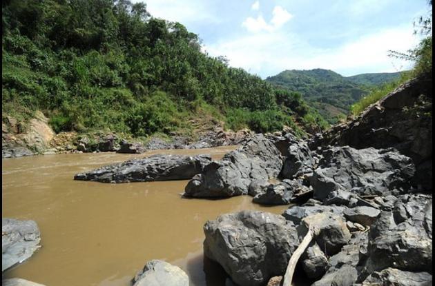 Bocana del río Cauca, a la entrada del embalse Salvajina en el departamento del Cauca. Allí el río entra con un poco más de agua para alimentar la represa, sin embargo se evidencia minería artesanal en algunas orillas del Cauca.