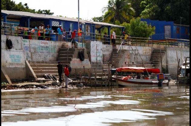 En Sitio Nuevo construyeron un muro de contención para impedir que el río se desbordara hacia el pueblo. Hoy el río está bastante retirado del muro.