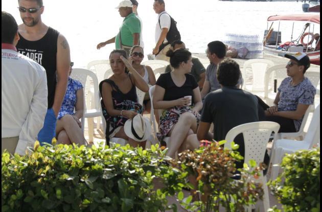 Los turistas en el Muelle La Bodeguita.