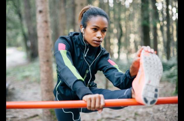 El estiramiento aumenta la flexibilidad de los músculos y ayuda a facilitar los movimientos, de esa manera, se evita sufrir de lesiones deportivas.