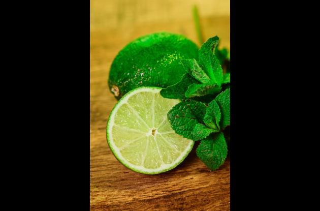 Muchas personas le dan crédito y creen que  tomar jugo de limón con agua en ayunas por un periodo sirve para limpiar su organismo.