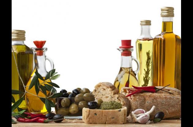 Tenga a mano diferentes tipos de arándanos y frutos secos mixtos para comer como refrigerio, en lugar de papitas fritas.