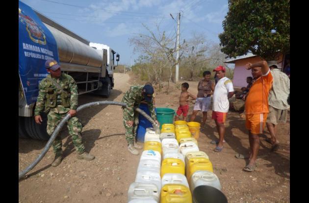 Las poblaciones afectadas por la sequía reciben agua potable que lleva la Armada Nacional.