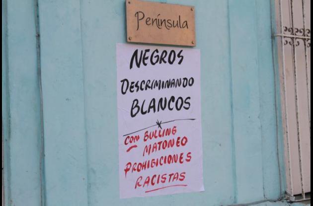 Carteles en contra del decreto que prohíbe tomar licor en los alrededores de la Plaza de La Trinidad.
