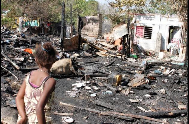 Catorce menores y 19 adultos salieron afectados por el desastre. Se cree que el incendio habría comenzado en una de las casas quemadas, por culpa de un cortocircuito en un cable de energía. Loma Fresca. Se queman 5 casas.
