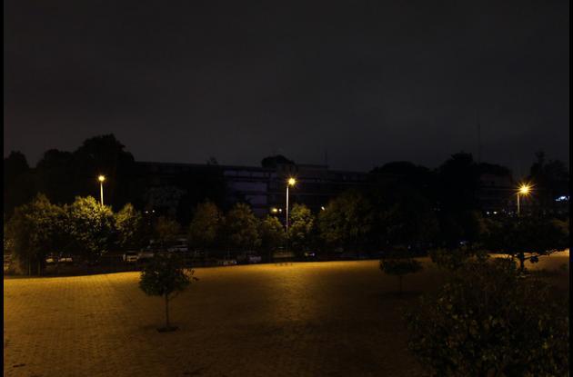 lgunas entidades estatales se sumaron a la jornada de ahorro de energía, apagando las luces en la noche. En la foto el Ministerio de Transporte.