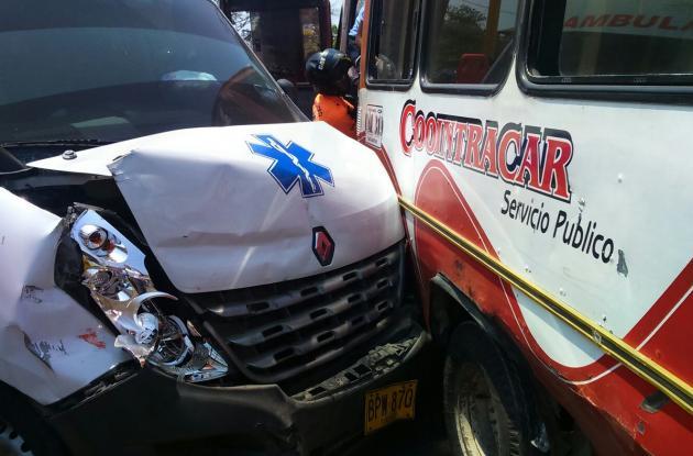 Un herido en choque entre ambulancia y microbús, frente a Chambacú, en la Avenida Pedro de Heredia.