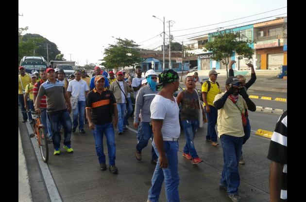 Extrabajadores de la construcción de la Refinería de Cartagena en la avenida Pedro de Heredia.