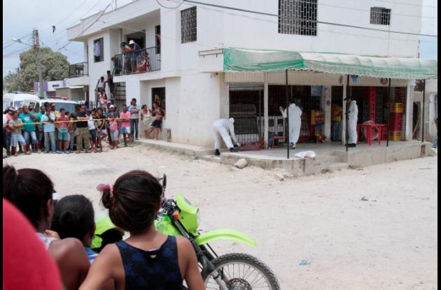 El albañil Ronald Cuadro Rodríguez fue baleado cuando estaba sentado en la terraza de una tienda, en el sector Ciudadela La Paz del barrio El Pozón. Residentes del sector intentaron linchar al presunto agresor, pero policías lo evitaron y capturaron. Lo llevaron a una clínica, donde está custodiado.