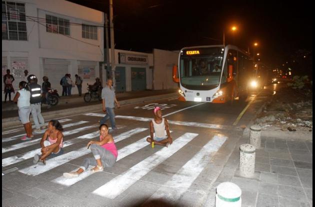 Bloqueos en la avenida Pedro de Heredia por falta del servicio de energía.