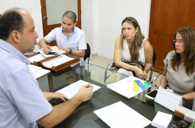El alcalde Marcos Daniel Pineda y la congresista Sara Piedrahita discuten proyecto de acueductos sostenibles.