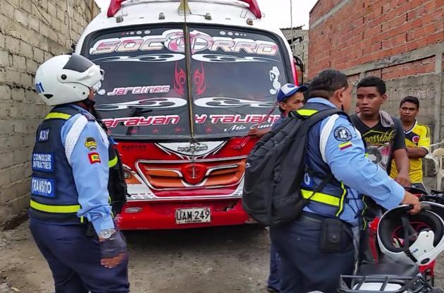 Dos agentes del DATT iban tras el vehículo de servicio público que solo se detuvo en el taller ubicado en La Sierrita.