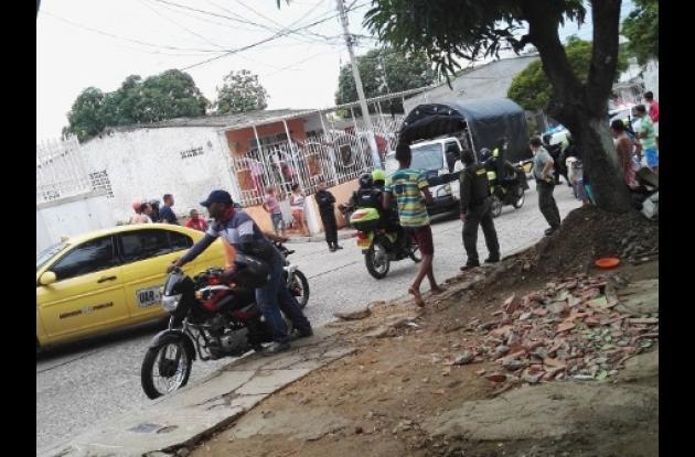 Enfrentamiento entre comunidad y policías en El Milagro, tras asesinato de William Padilla, a quien un pandillero baleó.