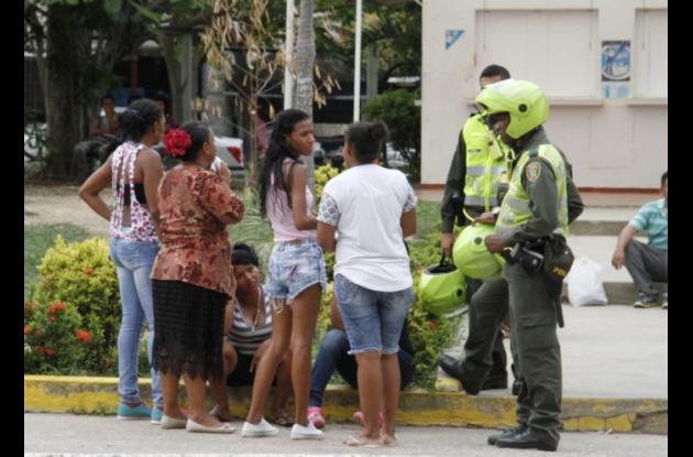 Familiares de Harold Lan Castro, quien murió en el Hospital Universitario del Caribe tras ser baleado en una pelea de pandillas, en Piedra de Bolívar.