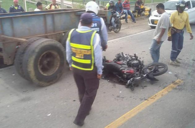 Accidente en vía de Mamonal en el que murió Manuel Agudelo Díaz. La moto en la que iba chocó contra camioneta.