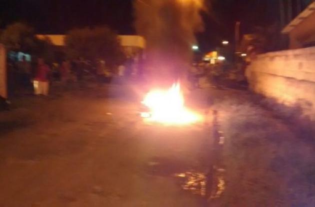 La comunidad prendió fuego a la moto donde se movilizaban presuntos atracadores.