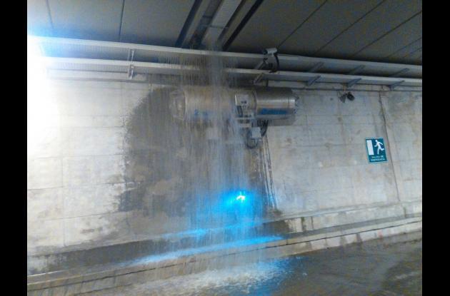 Un fuerte chorro de agua se observa bajando de la estructura del túnel.