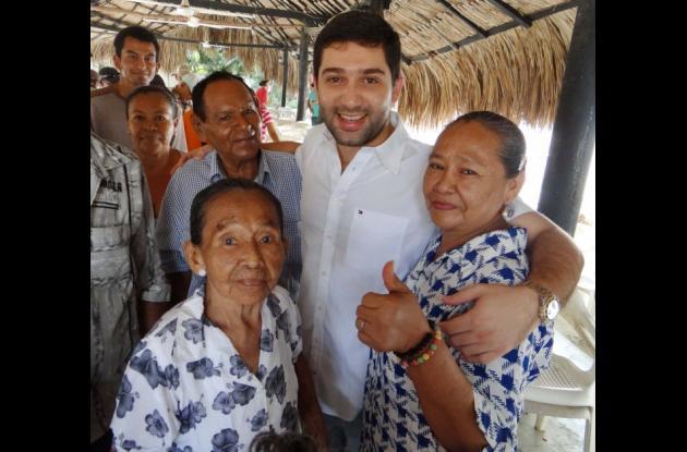 El alcalde de Cereté, Salim Chagui, con los adultos beneficiarios del proyecto.