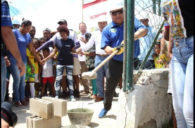 El alcalde Manolo Duque puso la primera piedra para la construcción de la cancha sintética del barrio La María.