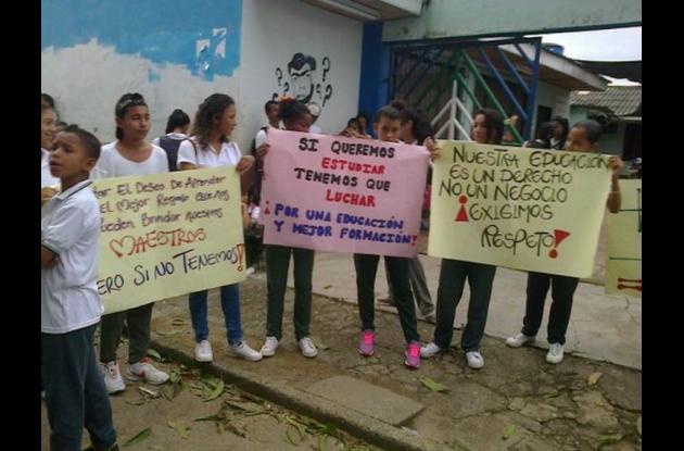 Protesta en colegio de Montelíbano por falta de docentes.