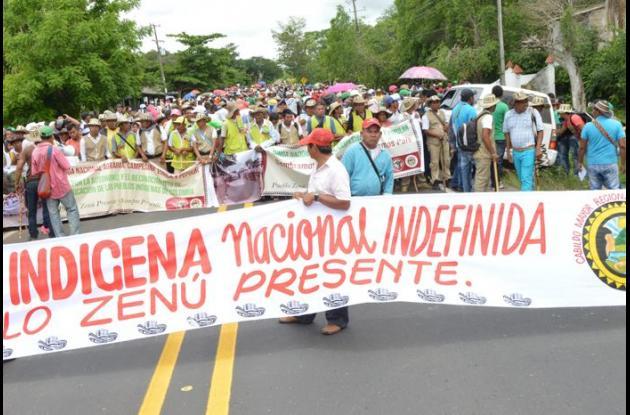 """Más de dos mil indígenas se encuentran apostados en la vía entre Chinú y Sahagún, apoyando la """"minga indígena"""" por el paro nacional agrario."""