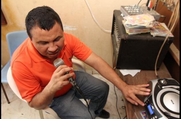 Oswaldo Castro verseador conductor emisora comunitaria San Cayetano