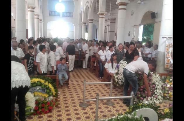 Al sepelio asistieron familiares y amigos de Emiro Cerro quienes dieron una emotiva despedida a uno de los más conocidos ganaderos de la región sucreña.